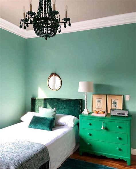 dormitorio con las paredes pintadas en verde menta ...
