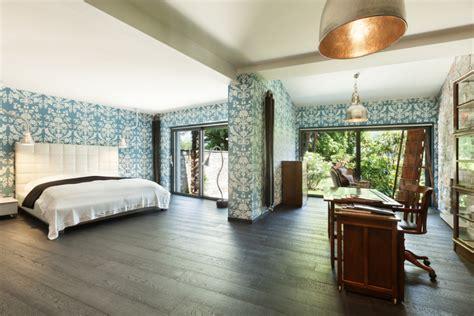 Dormitorio con paredes estampadas y suelo de madera. Fotos ...