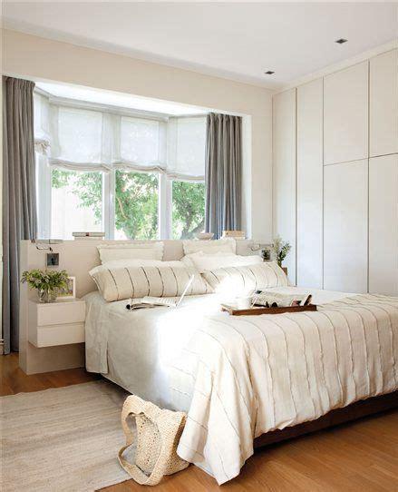 dormitorio principal con ventana sobre el cabecero de la ...