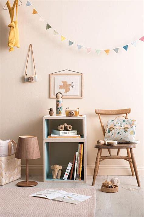 Dormitorios infantiles con detalles de madera y toques ...