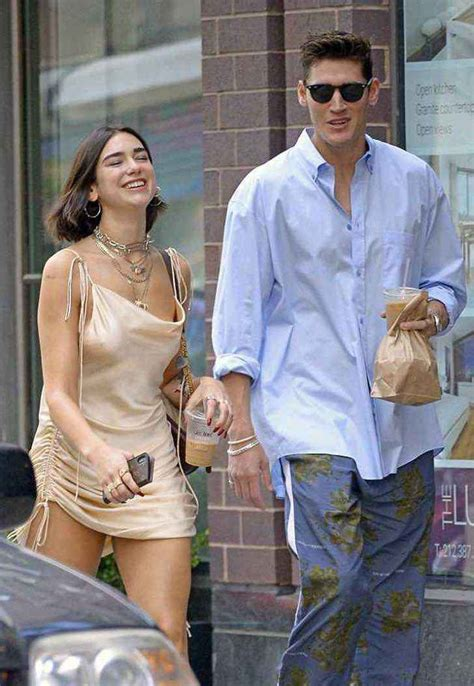 Dua Lipa vuelve con su novio «infiel». Caminan por la ...
