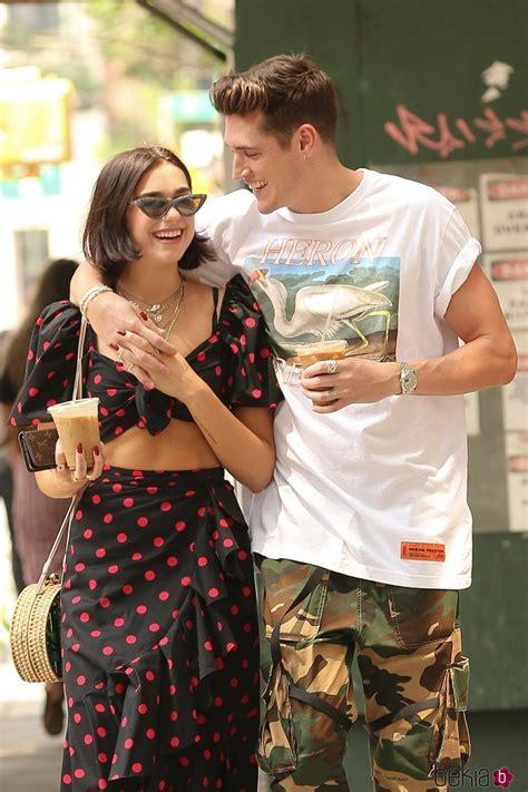 Dua Lipa y su novio muy cariñosos durante un paseo en ...