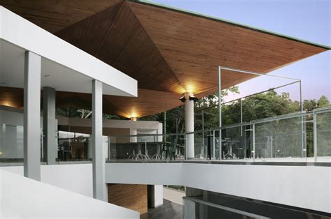 edificio de Servicios Centro Italiano Venezolano / Roberto ...