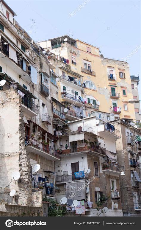 Edifícios residenciais, centro da cidade de Nápoles ...