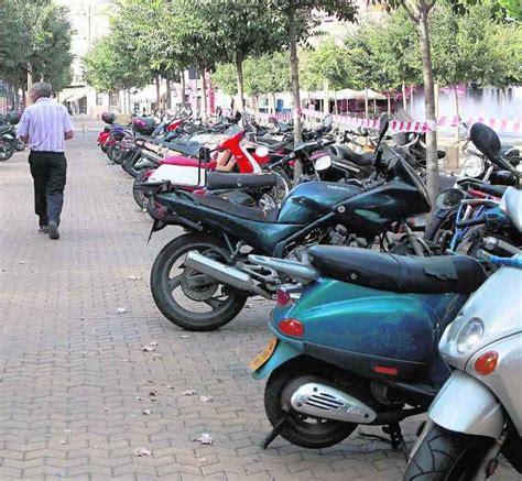 El aparcamiento de las motos está sin ordenar en Sevilla ...