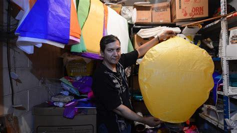 El apopense que fabrica globos y colorea la noche ...