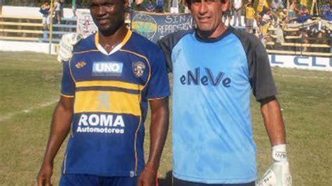 El camerunés que juega en Argentina y quebró a dos futboli ...