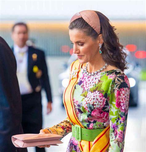 El colorido vestido con vincha de la reina Letizia