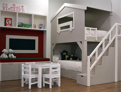El dormitorio infantil Casita Granero dispone de dos camas ...