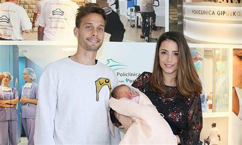 El fubolista Sergio Canales presenta a su primera hija, India