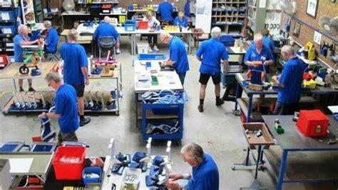 El grupo de jubilados que fabrica sillas de ruedas para ...