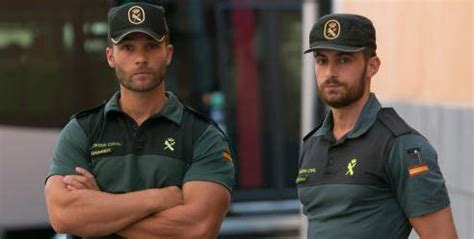El guardia civil que rescató a dos hombres en Torrevieja ...