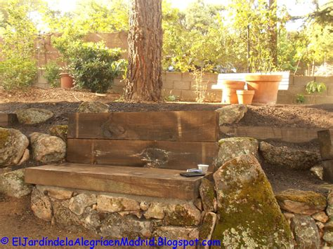 El jardín de la alegría : Rocalla con bancos de piedra y ...