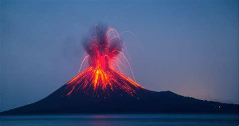 El Krakatoa, uno de los volcanes más peligrosos, entra en ...