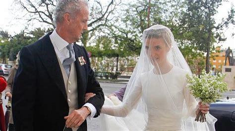 El ministro de Defensa y su hija Isabela, quien lució un ...