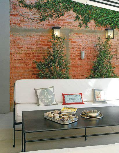El mobiliario de la terraza que da al jardín y la piscina ...
