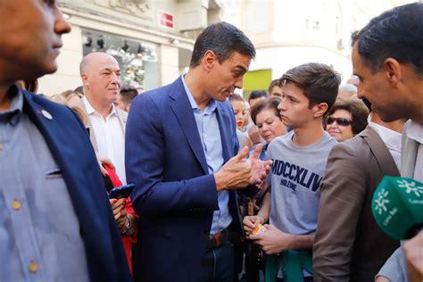 El paseo de Pedro Sánchez por Córdoba, en imágenes