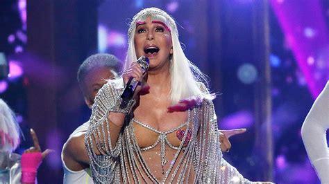 El poder de una musa: A los 71 años, Cher ofrece impecable ...