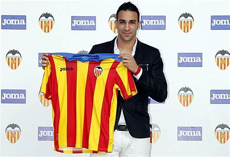El Valencia presenta una camiseta con los colores de la ...