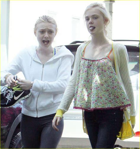 Elle & Dakota Fanning: Gum Chewing Girls: Photo 2441604 ...