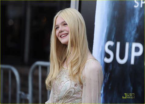 Elle Fanning Premieres  Super 8    Photo 420944   Photo ...