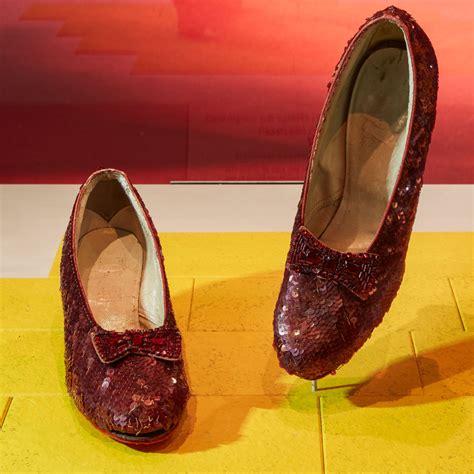 """En la novela """"El mago de Oz"""", los zapatos rojos de Dorothy ..."""
