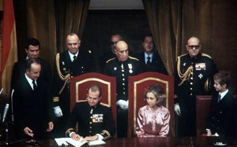 España. El rey Juan Carlos I sanciona la Constitución ...