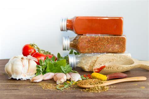 Especias y hierbas aromáticas frescas   Foto Premium