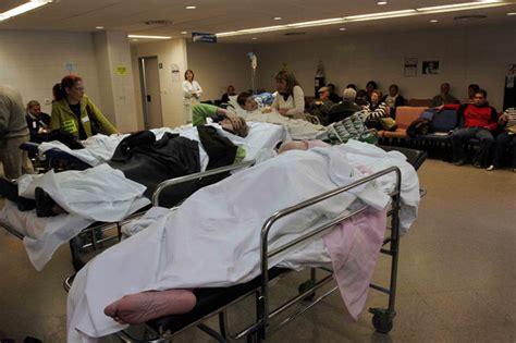 Esperan en camillas y sillas a ser atendidos de urgencia
