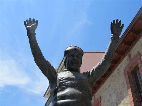 Estatua de Paquito Fernández Ochoa en Cercedilla: 3 ...