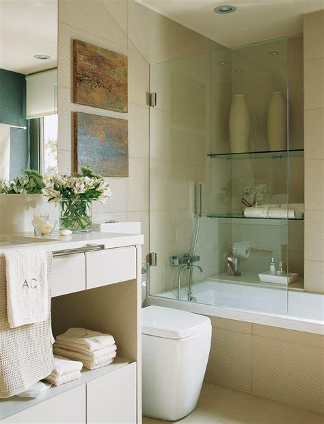 Estos baños tienen una obsesión: guardarlo todo