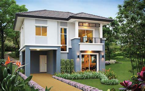 Fachada de casa de color celeste y blanco