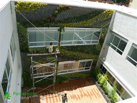 Fachada vegetal centro médico Compensar en Colombia