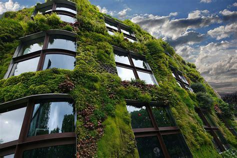 Fachada verde y cubierta vegetal en los edificios y en las ...