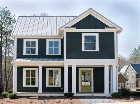 Fachadas de casas en blanco y negro
