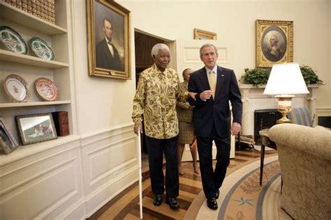 File:George W. Bush and Nelson Mandela   walking   Oval ...