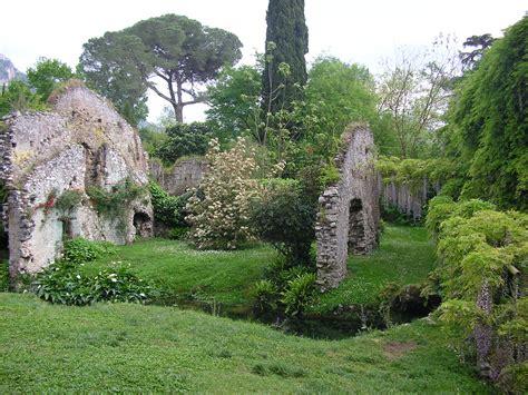 File:Giardino di Ninfa, rovine della città..JPG ...