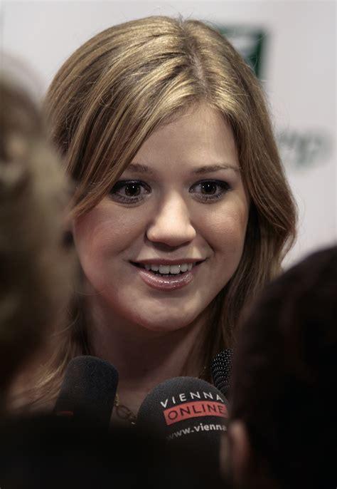 File:Kelly Clarkson, Women s World Awards 2009 d.jpg ...
