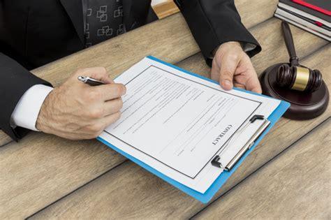 Firmando documentos | Foto Gratis