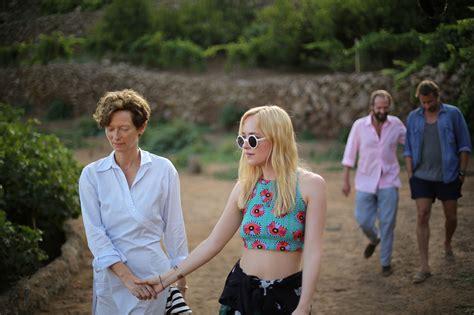 Foto Dakota Johnson y Tilda Swinton en Cegados por el sol ...