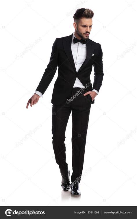 Fotos de Hombre guapo en esmoquin es chasquear los dedos y ...