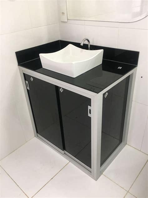 Gabinete de banheiro montado com estrutura de alumínio e o ...