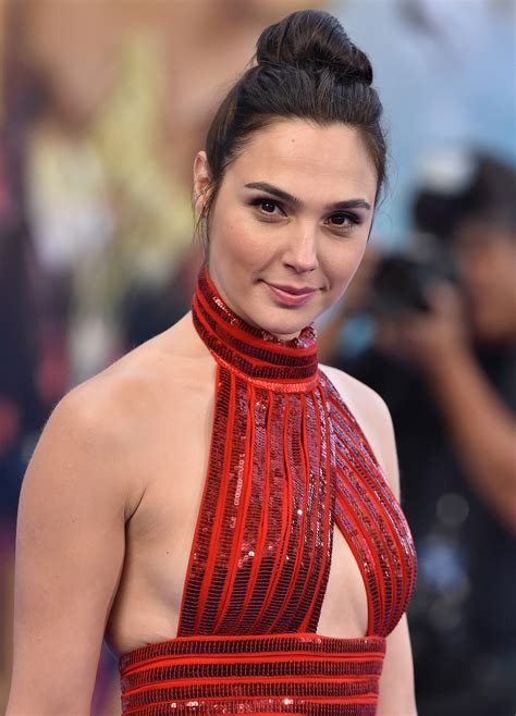 Gal Gadot Hid Her Pregnancy While Filming Wonder Woman to ...