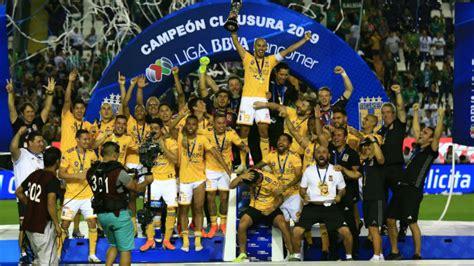 Gignac  toqueteó  a Guido Pizarro cuando levantó el trofeo ...