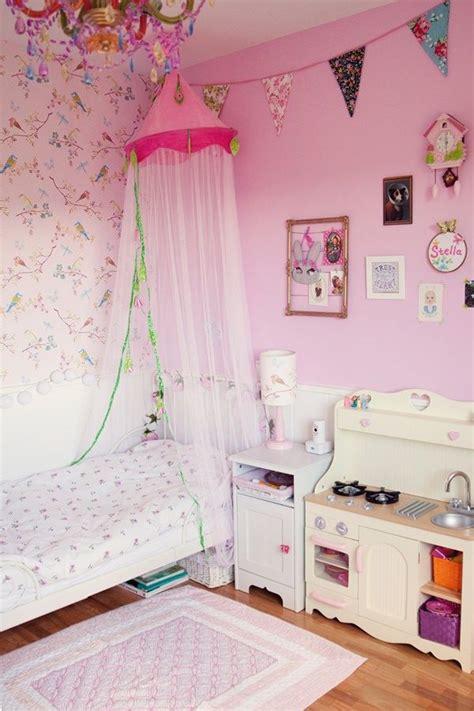 Habitación en rosa para una niña con muebles de Ikea ...