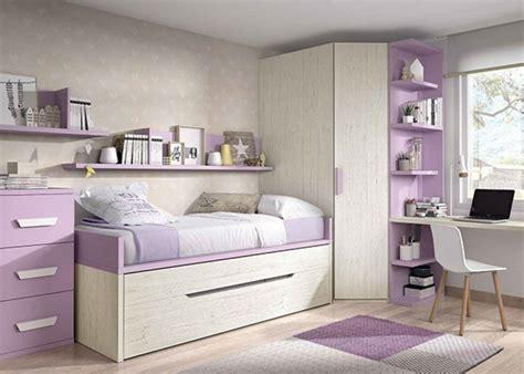 Habitación infantil con dos camas y armario rincón en ...