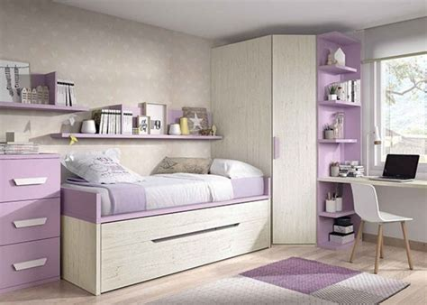 Habitación infantil equipada con un compacto de dos camas ...