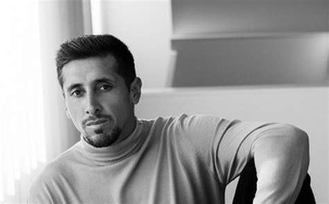 Héctor Herrera posa para revista de moda tras cirugía estética