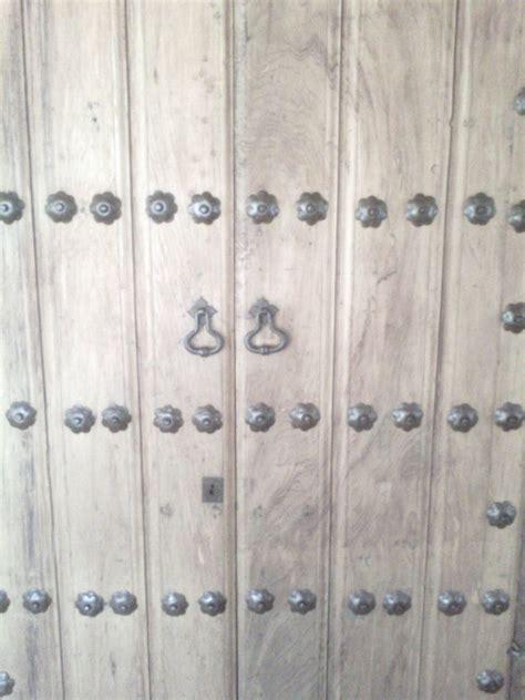 Herrajes en puerta de madera   Puertas de madera, Puerta ...