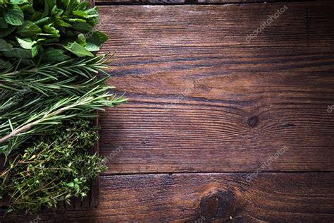 Hierbas aromáticas frescas sobre fondo de madera — Fotos ...